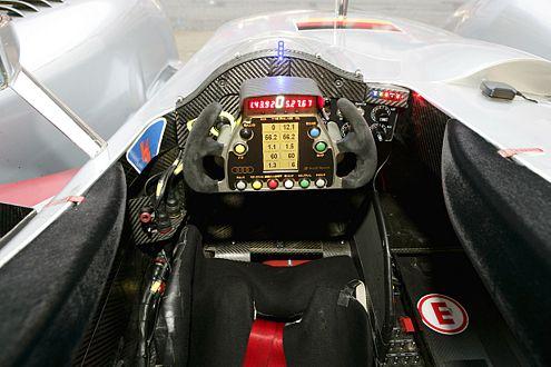 Fast wie in einer Formel-1-Flitze: das Cockpit des Superdiesels.