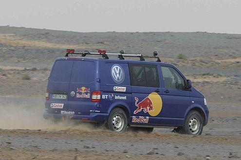 Auch den schickt VW in die Wüste: Transporter T5 als Lastesel.