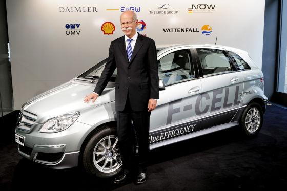 Daimler-Chef Dieter Zetsche vor der neuen B-Klase mit Wasserstoffantrieb.