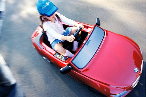 Der 6er BMW schafft mit zwölf Volt immerhin acht km/h.