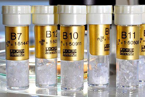 In Röhrchen werden Glasmuster aufbewahrt, um sie mit Splittern vom Unfall vergleichen zu können.