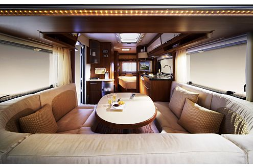 Edles Interieur auch im Caravan: Kirschholz, Leder und schicke Stoffe.
