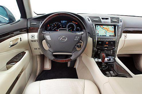 Für Bedien-Fetischisten: Über 100 Knöpfe bietet der Lexus-Innenraum.