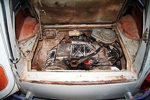 Der 500 Kubikzentimeter kleine Viertakt-Zweizylinder-Motor sitzt im Heck.