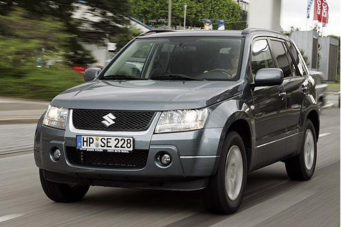 Auf und davon: Der Suzuki Grand Vitara kommt im Gelände weiter als der Jeep.