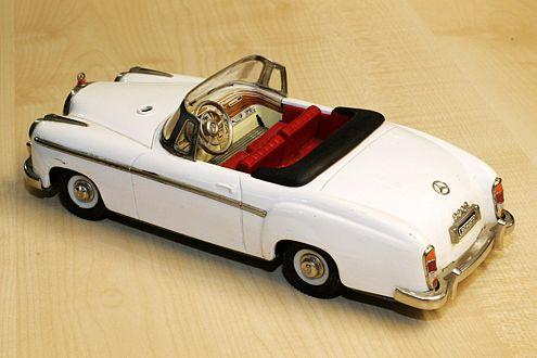 Mercedes 220 S Cabrio, Schuco-Rollfix, 50er-Jahre, bespielt, je nach Zustand 500 bis 1000 Euro.