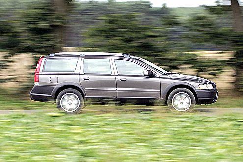 Hochbeinig: Die Bodenfreiheit des Volvo kostet Tempo und Sprit.