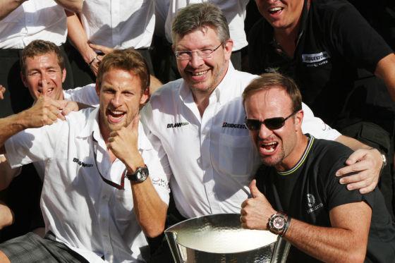 Kann gut schlafen: Ross Brawn (M.) mit seinen Fahrern Jenson Button (li.) und Rubens Barrichello