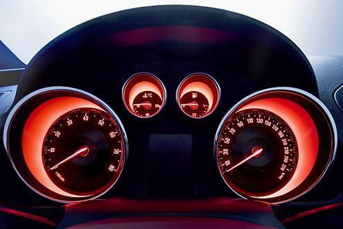 Mit der Kraft der Tomate: das strahlend rote, futuristische Cockpit.
