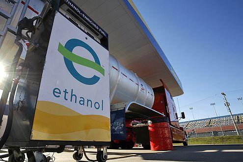 Ethanol (Alkohol) wird aus Mais gebraut und ist biologisch abbaubar.