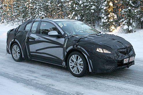 Noch stark getarnt: der neue Mazda6. 2008 kommt er offiziell.