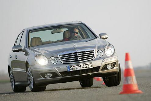 Schiebt so gewaltig wie der BMW: der Mercedes-Benz E 350.