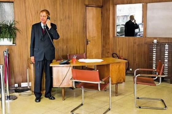 Zeitreise: Crook im Verkaufsraum. In den zwei Regalen ganz rechts: die Kundenkartei.