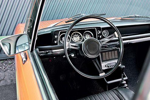 Sportlook 1968: schwarzes Interieur, dünnes Speichenlenkrad, drei große Rundinstrumente und ein griffiger Schaltknauf.