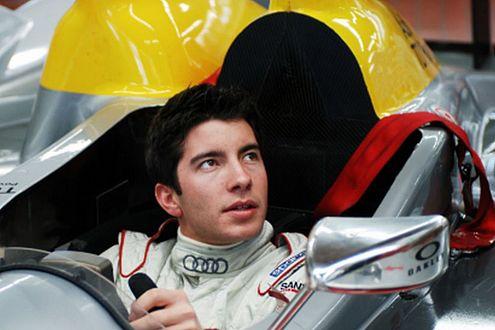 Mike Rockenfeller sitzt schon mal zur Probe im Audi R10 TDI.