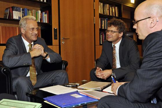 Mit Peter Ramsauer sprachen AUTO BILD-Chefredakteur Bernd Wieland und Reporter Claudius Maintz (rechts).