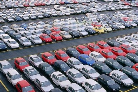 Parkplatz volle Neuwagen