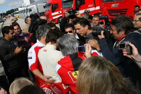 Riesenrummel: Fernando Alonso kann keinen unbeobachteten Schritt machen