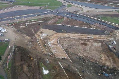 Noch Baustelle, bald Rennstrecke: die neue Arena in Silverstone