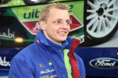 Mikko Hirvonen hat den turbulenten ersten Tag als Führender beendet