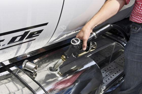 Großer Tank, große Reichweite: Bis zu 100 Liter passen in die Benzintanks deutscher Autos. Das wird teuer!