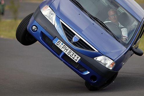 Gleich kippt er: 2005 hatte der ADAC den Dacia Logan auf die Seite gelegt. Schuld waren defekte Reifen – auf ESP verzichtet Dacia beim Logan noch heute.