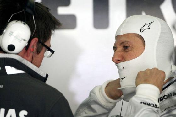 Diskussionsbedarf: Schumacher (r.) mit Mercedes GP-Teamchef Ross Brawn.