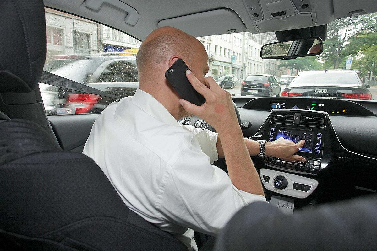 Handy, Smartphone und Tablet am Steuer