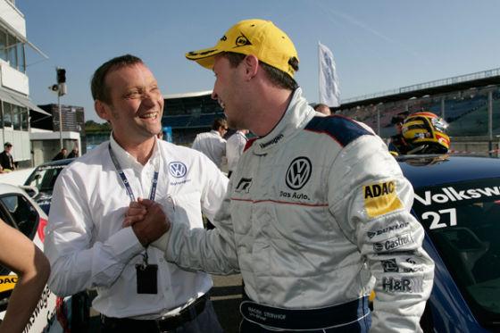 VWs Motorsport-Direktor Kris Nissen gratuliert Tabelleführer Maciek Steinhof