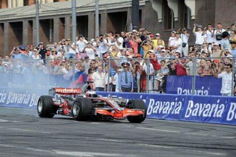 Weltmeister Jenson Button legte mit seinem McLaren ein paar Donuts hin