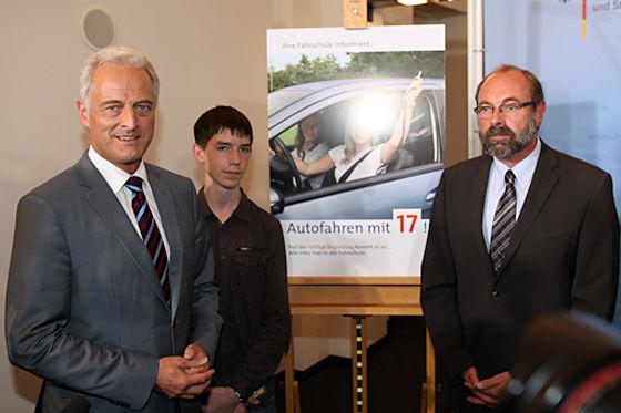 """Verkehrsminister Ramsauer (l.) ist überzeugt: """"Das Begleitete Fahren hat eindeutig positive Auswirkungen auf die Verkehrssicherheit."""""""