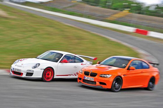 Keine Chance auf der Rennstrecke: Der Porsche fährt dem BMW davon.