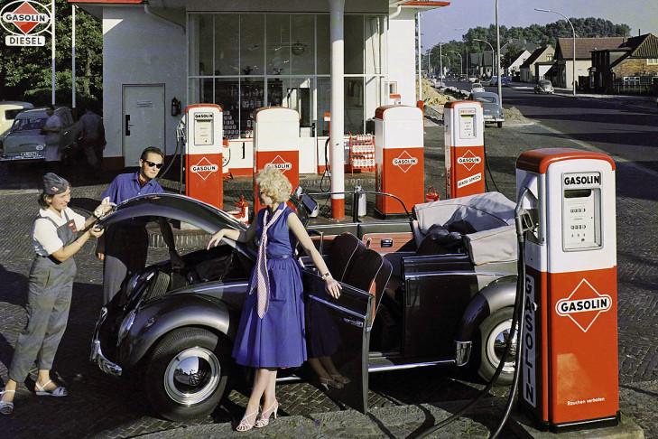 Durch die Adern der jungen Republik fließt Benzin: Die Gasolin-Tanke glänzt schon im Chic des Wirtschaftswunders, doch bis 1950 gibt es Benzin nur gegen amtlichen Bezugsschein. So startete vor knapp 60 Jahren die Bundesrepublik aus den Trümmern der Nachkriegszeit.