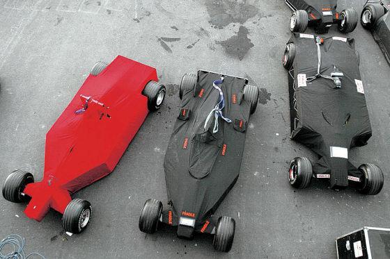 In Planen eingepackte Formel-1-Autos