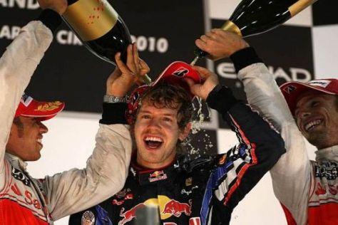 Das ist Motorsport-Geschichte: Die Champs von 2008/2009 duschen den Champ 2010