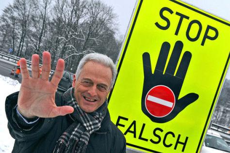 Bundesverkehrsminister Peter Ramsauer (CSU) vor dem Warnschilder gegen Geisterfahten