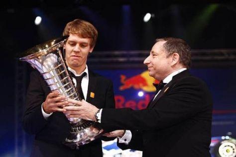 Sebastian Vettel erhält den WM-Pokal aus den Händen von Jean Todt