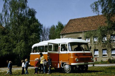 Kinder im Robur-Bus