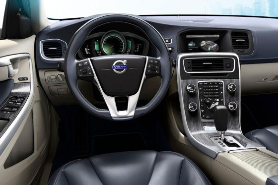 Das Cockpit wurde leicht modifiziert. Ein Display informiert den Fahrer über Reichweite, Diesel- und Stromverbrauch.