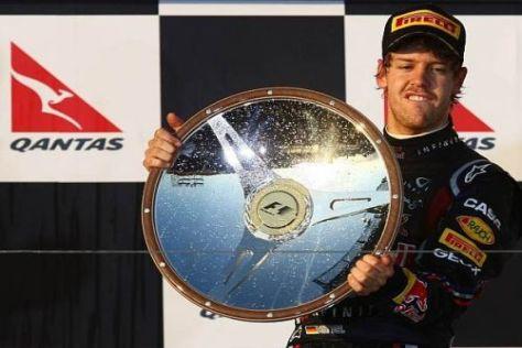Da strahlen zwei um die Wette: Sebastian Vettel mit seiner Siegerschale