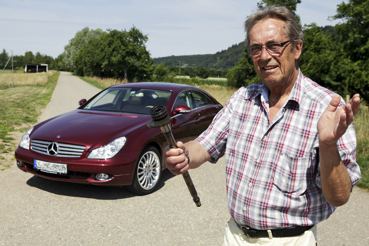 Manfred Obrist mit seinem defekten Mercedes CLS 350