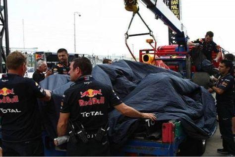 Sebastian Vettels Auto kam auf dem Lkw zurück an die Box