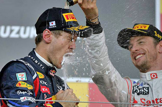 Jenson Button feiert mit Weltmeister Vettel