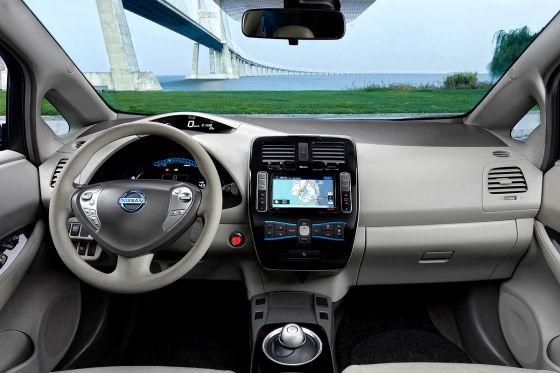 """Der Startknopf wird gedrückt. Vom Motor ist im Nissan Leaf nichts zu hören, wie beim Hochfahren eines Computers ertönt jedoch eine Begrüßungsmelodie. Willkommen im neuesten Elektroauto """"made in Japan""""."""