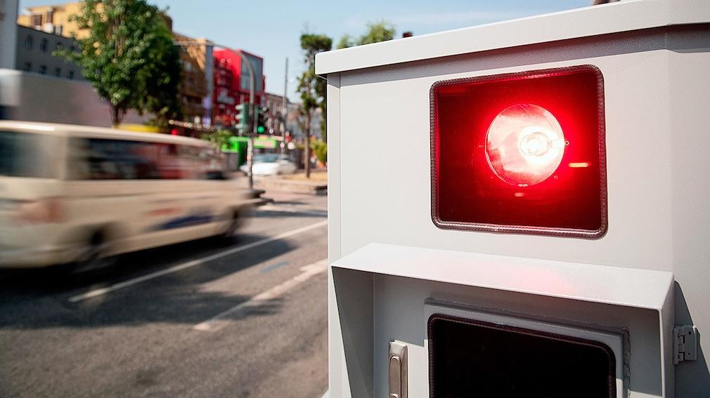 Blitzer - Ein Tempomessgerät steht während einer Pressevorführung an der Reeperbahn. Die Hamburger Polizei und der Landesbetrieb Verkehr wollen zwei neuartige Geschwindigkeitsmessgeräte testen, die in einem Anhänger versteckt sind und so ohne großen personellen Aufwand am Straßenrand platziert werden können.